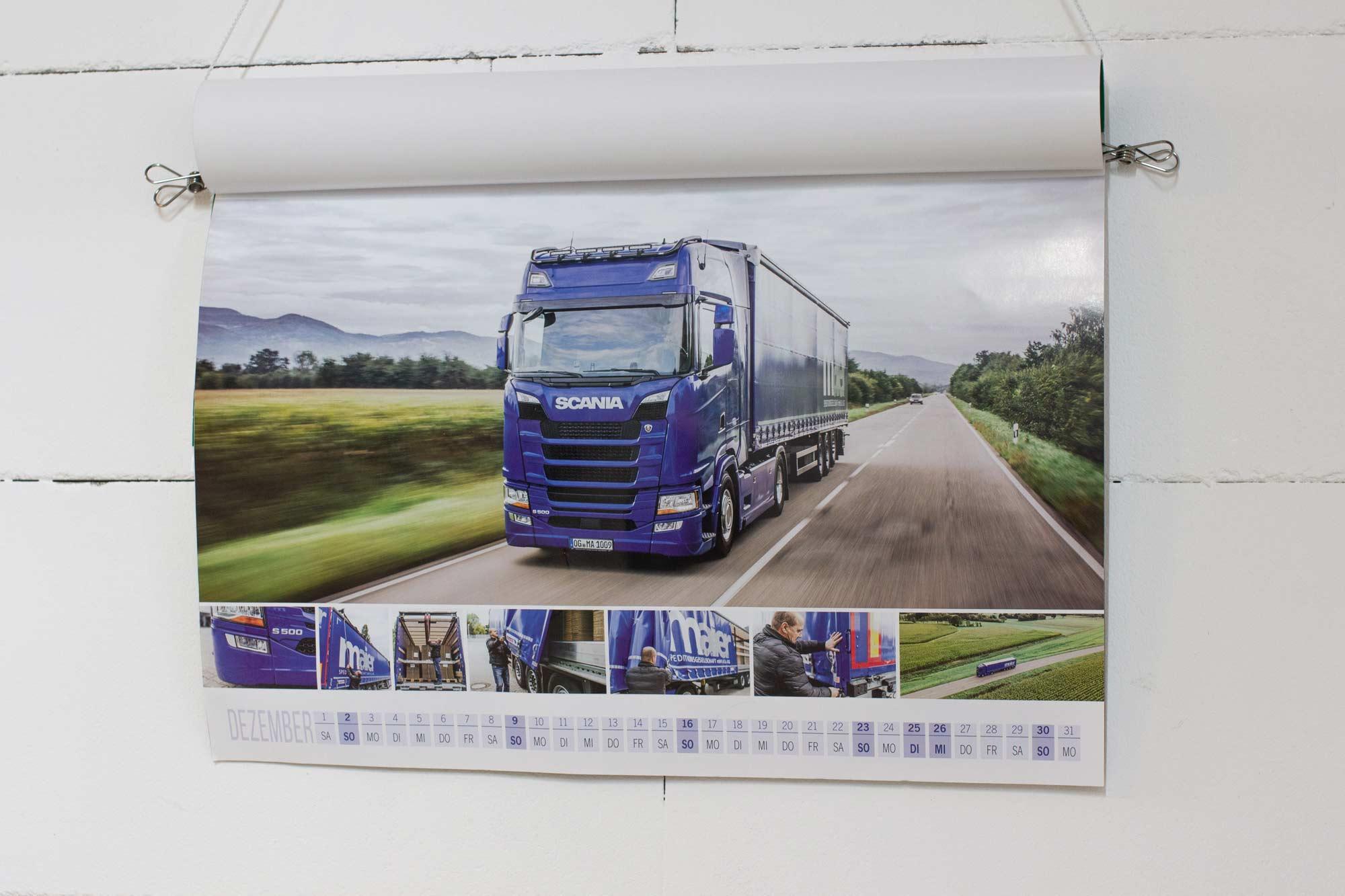 Aufgehängt und drauf gestanden: Die Spedition Maier im Scania-Kalender